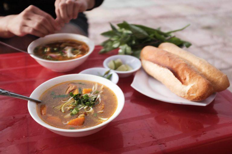 Delikatesní Bò kho, které by se dalo přirovnat k gulášové polévce.